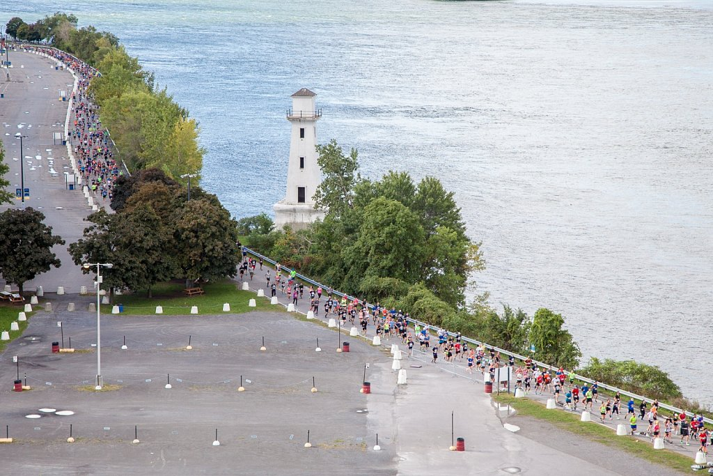 Hundreds of montrealers jump into the river at 8 AM to ask for more access to the waterfront.